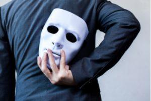 mann mit maske in der hand